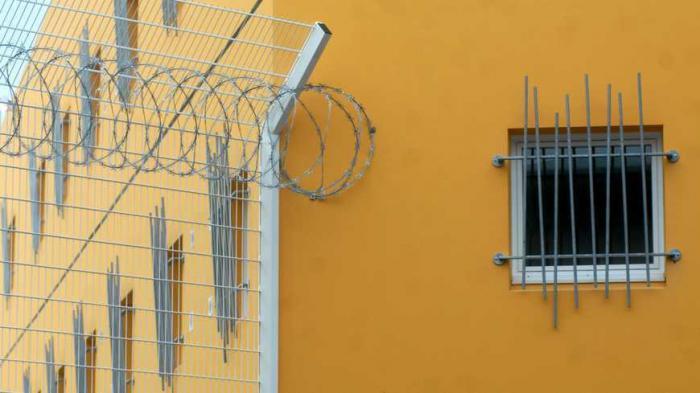 Le détenu qui a poignardé les surveillants encourt la perpétuité
