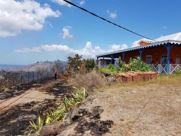 Le feu de broussailles sur les hauteurs du Carbet maîtrisé