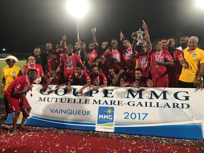 Le Golden Lion (hommes) et le R.C. Saint-Joseph (femmes) remportent le dernier trophée de la saison de football