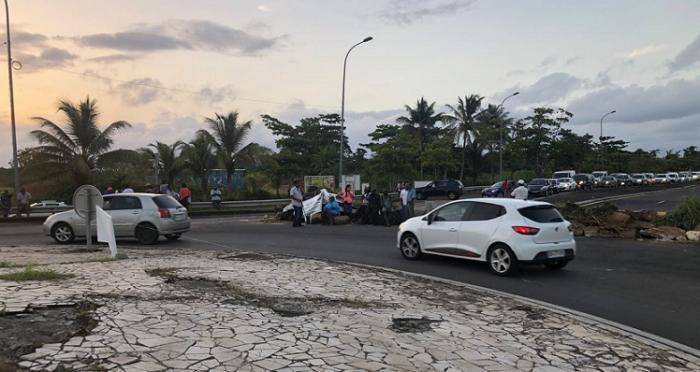 Le rond point de Montebello obstrué, circulation très difficile