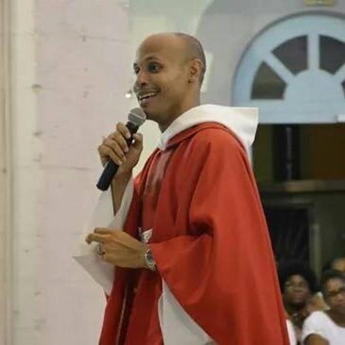 Les Abymes accueillent le célèbre prêtre Olivier Lucenay