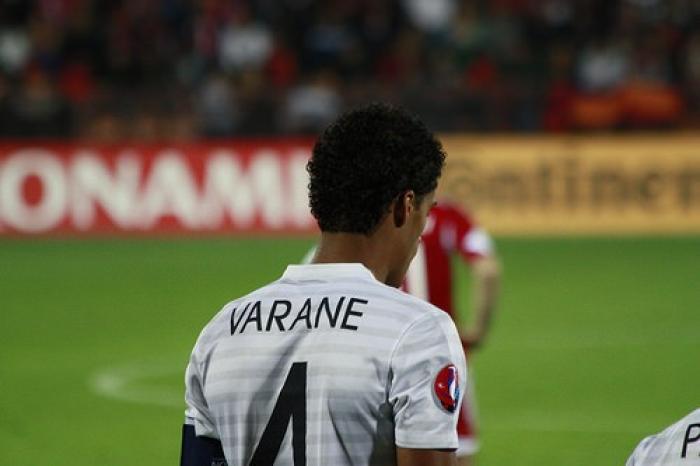 """Les Bleus s'inclinent face à la Belgique : Raphaël Varane veut """"rester positif"""""""