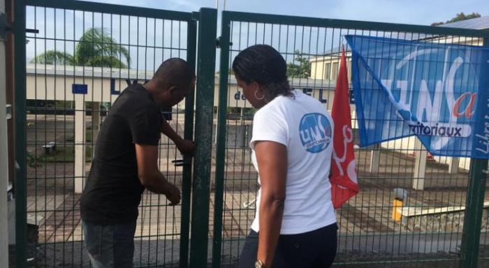 Les blocages se poursuivent devant les établissements scolaires