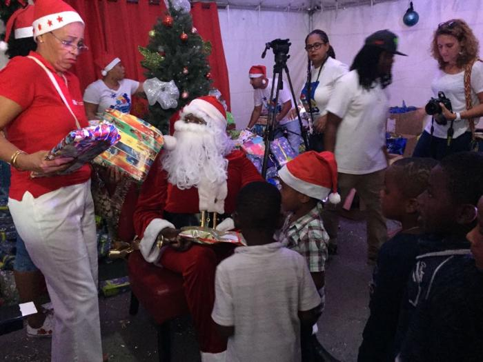 Les enfants de Saint-Martin reçoivent leurs cadeaux de Noël