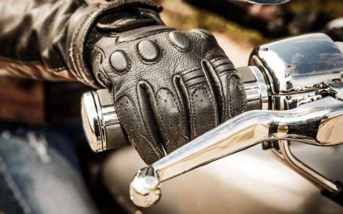 Les gants désormais obligatoires en deux roues