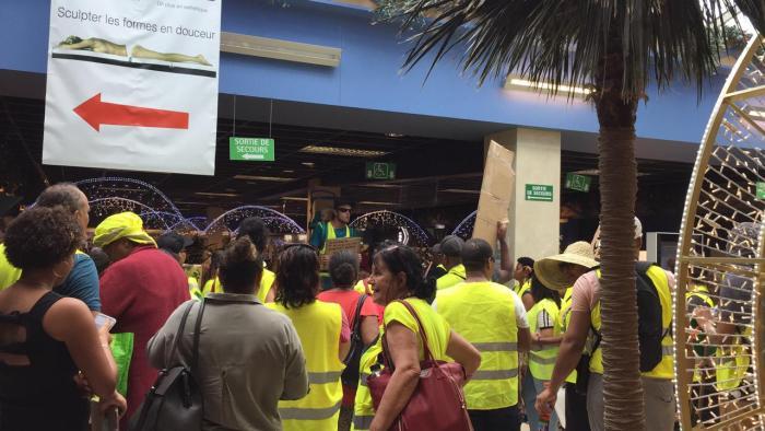 Les gilets jaunes envahissent le centre commercial de la Galleria