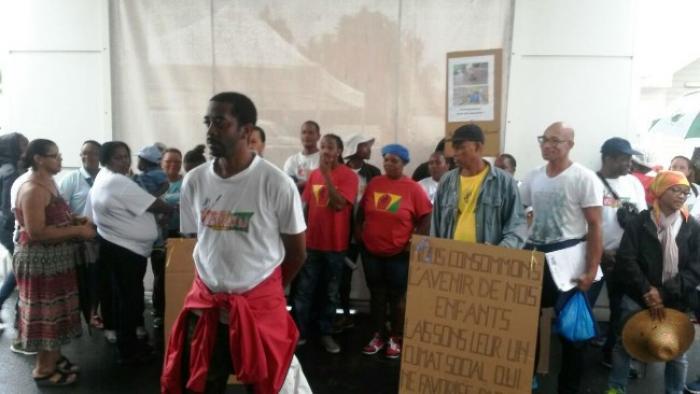 Les grévistes du secteur nettoyage réunis devant la clinique de Choisy