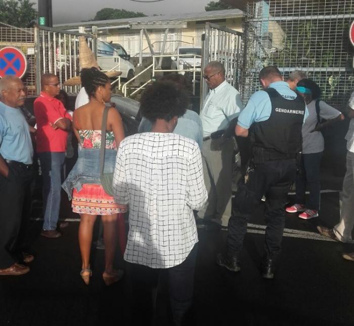 Les militants de l'Assaupamar manifestent devant la mairie de Saint-Joseph