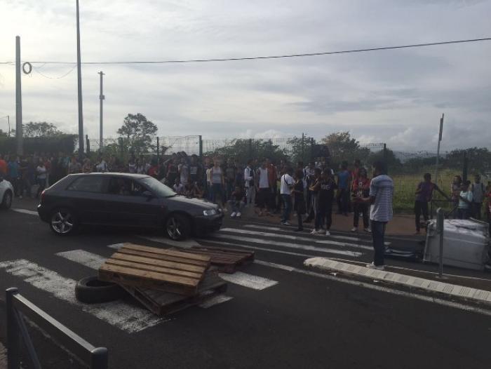 """Les élèves du lycée Schoelcher se mobilisent : """"On ne veut pas être séparés"""""""