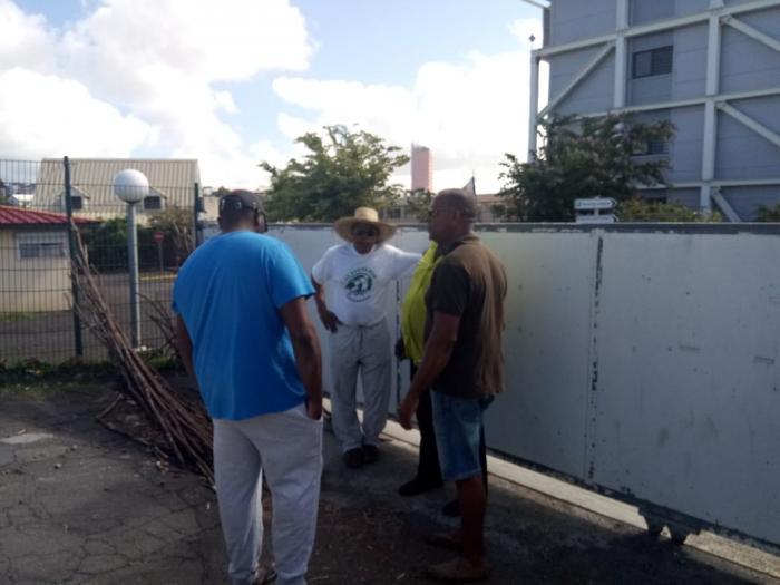 Les pêcheurs du Vauclin bloquent la DEAL