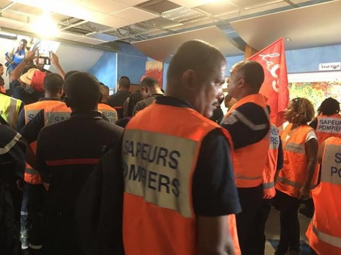 Les pompiers en grève sont à la mairie du Marin