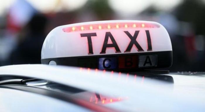 Les taxis mobilisés devant le commissariat en soutien à Jocelyn Bourgarel