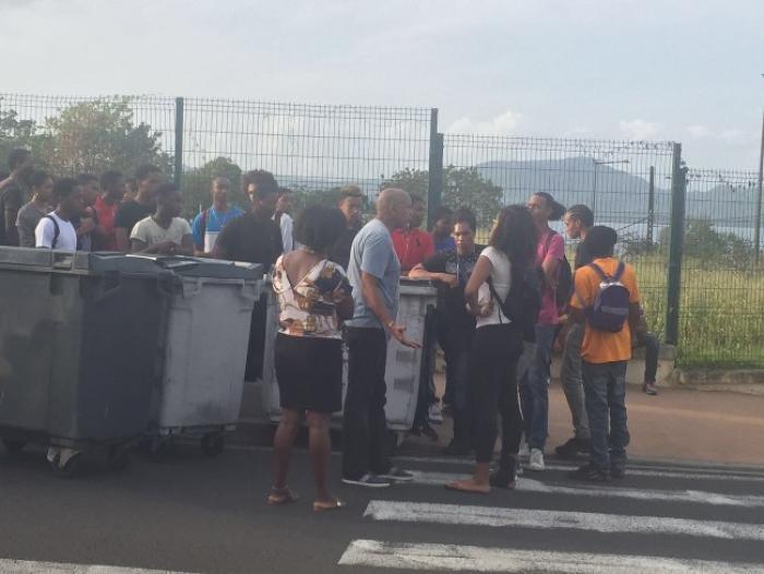 Lycée Schoelcher : Des cadenas ont été installés sur les entrées !
