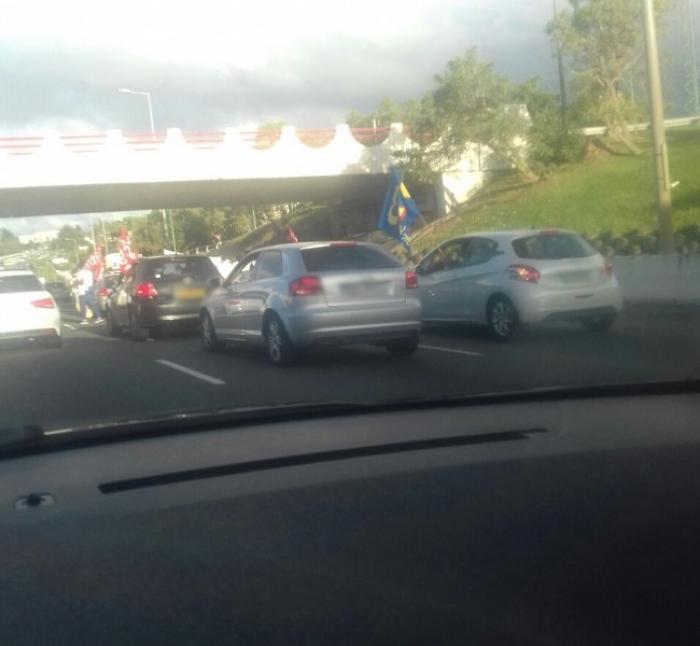 Marche symbolique sur l'autoroute du personnel du Nouveau Plateau Technique