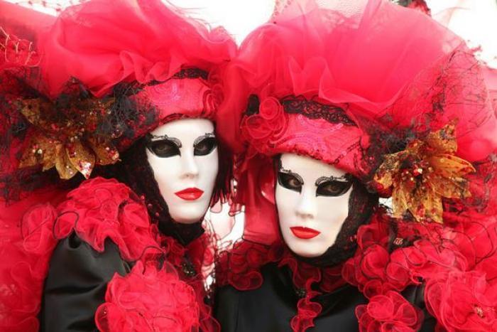 Mi-Carême: défilé en rouge et noir