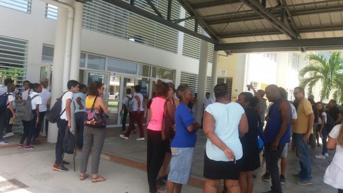 Mobilisation des parents d'élèves devant le collège du Diamant