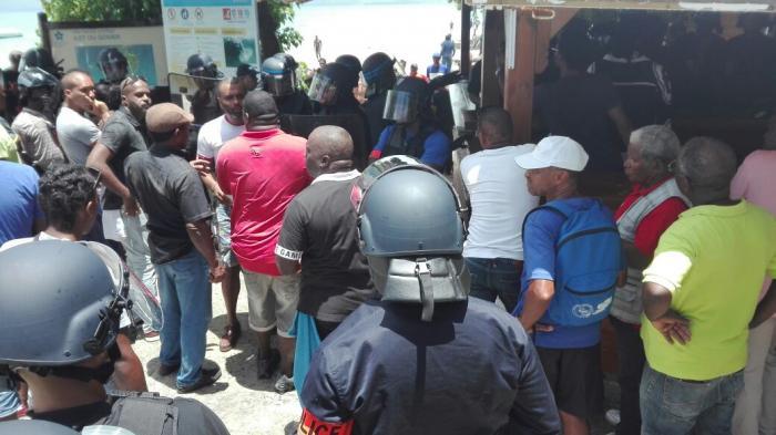 Mobilisation à l'Anse Canot au Gosier contre la démolition d'un restaurant