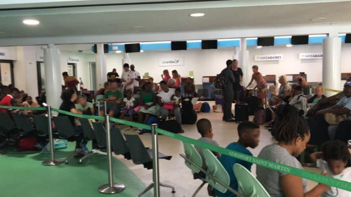 À l'aéroport de Grand Case, les candidats à l'évacuation attendent leur tour