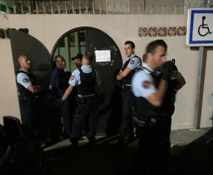 Opération coup de poing du collectif COSE à la mairie de Sainte-Rose