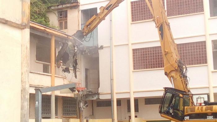 Phase de déconstruction des bâtiments du lycée Schoelcher avant sa démolition