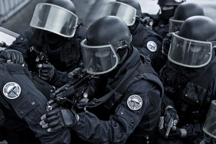 Terroristes: assauts coordonnés en cours
