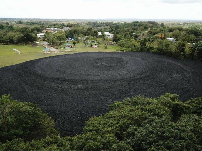 Trinidad : un volcan de boue entre en éruption durant le carnaval