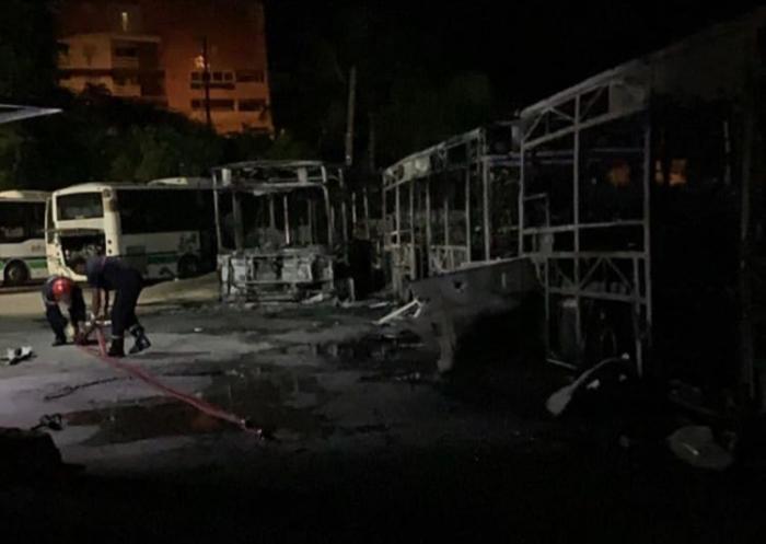 Trois bus détruits par les flammes dans le dépôt d'une compagnie de transport urbain