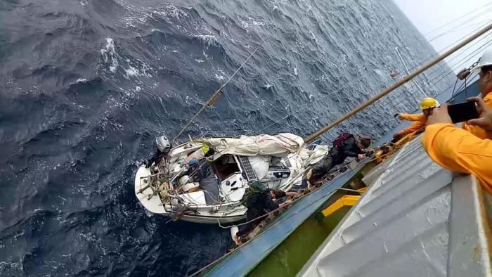 Trois plaisanciers espagnols secourus en plein océan grâce à leur balise