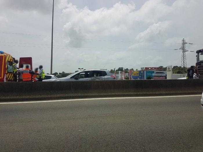 Un accrochage entre une voiture et un poids lourd sur l'autoroute fait un blessé léger
