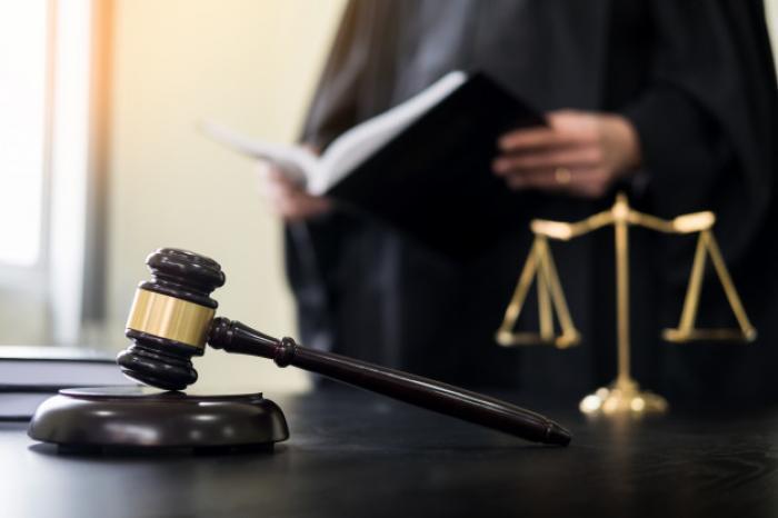 Un ami violent et un cambrioleur devant les juges
