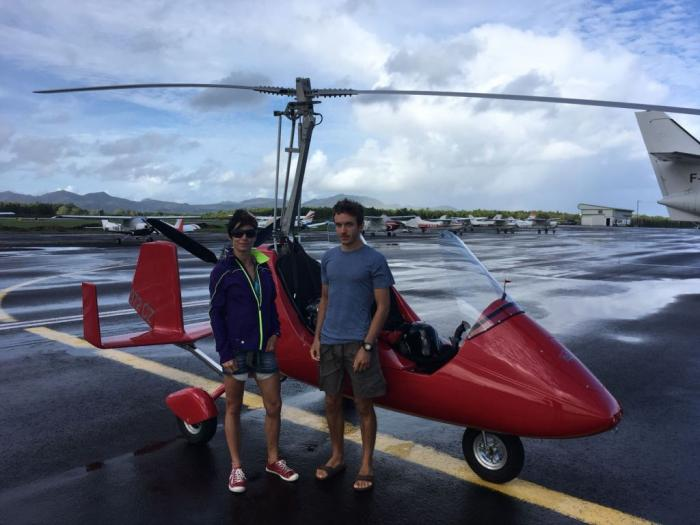 Un autogire survole la Martinique