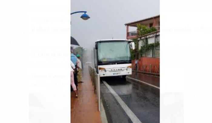 Un bus scolaire prend feu devant le collège du Morne-Rouge