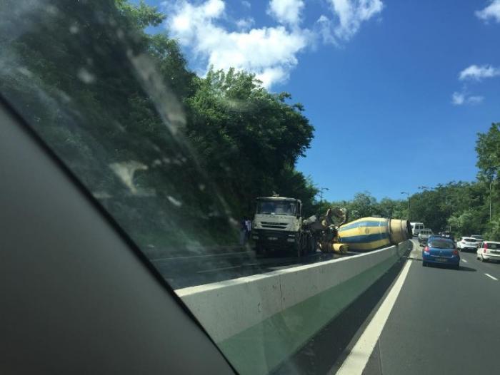 Un camion accidenté provoque un énorme embouteillage