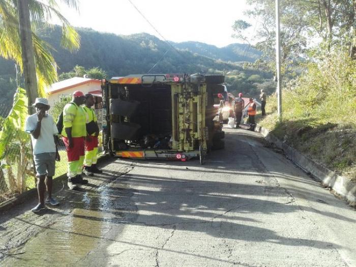 Un camion d'ordures se renverse à Rivière-Pilote