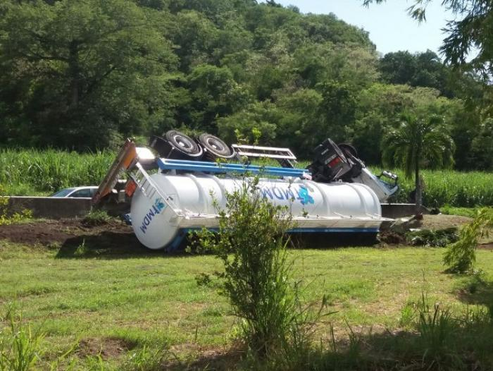 Un camion de carburant se renverse au Carbet