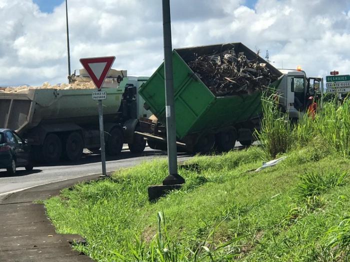 Un camion perd son chargement au rond point de Wonche