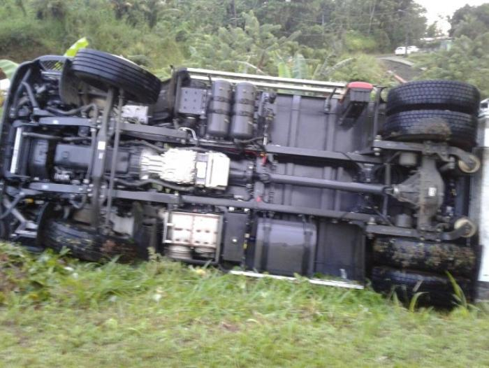 Un camion poubelle se renverse au Gros-Morne