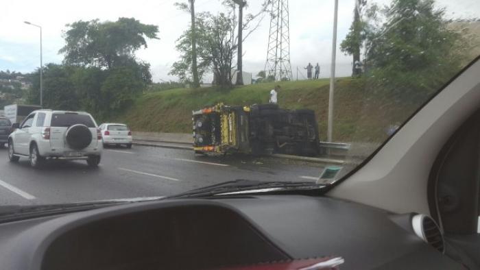 Un camion poubelle se renverse sur l'autoroute