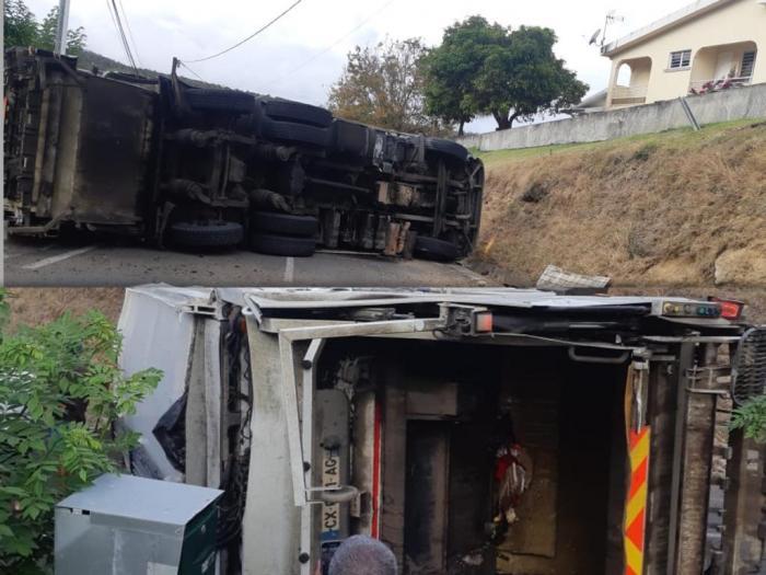 Un camion poubelle se renverse sur la route de Monésie