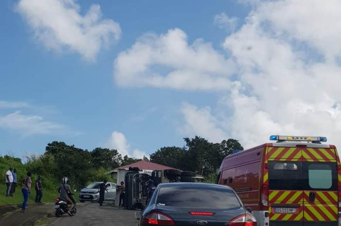 Un camion se renverse au Saint-Esprit