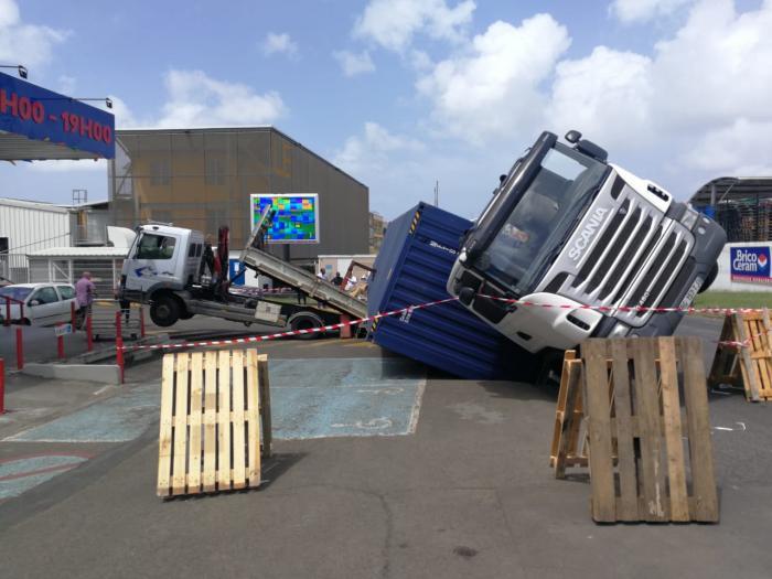 Un camion se renverse dans la zone de la Jambette