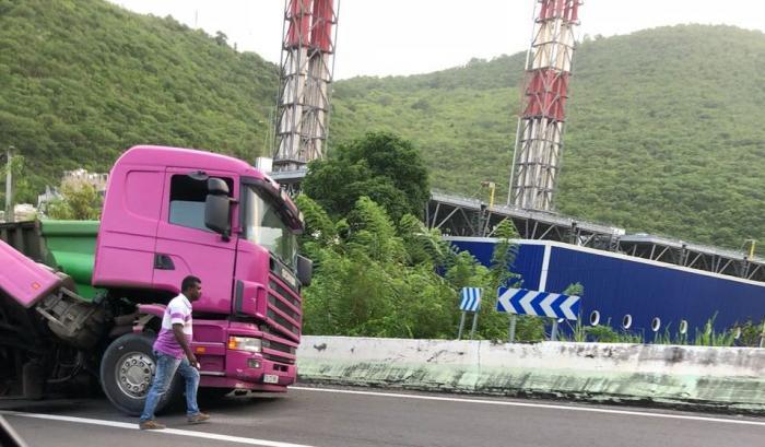 Un camion se renverse dans le virage de Bellefontaine