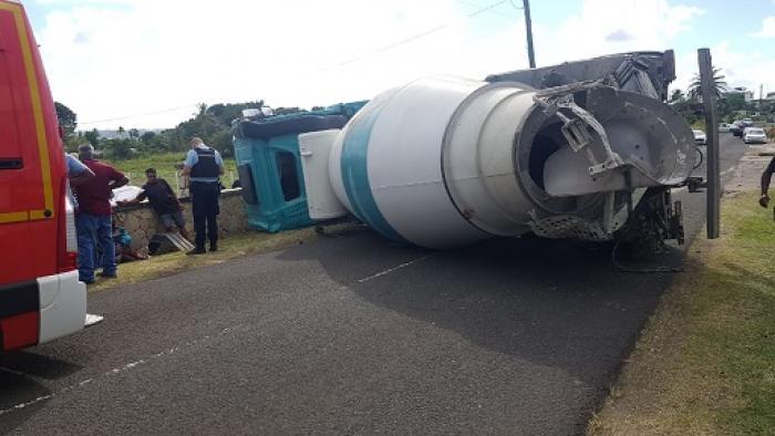 Un camion toupie s'est renversé sur la route à Sainte-Marguerite