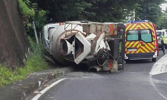 Un camion toupie se renverse à Fond Lahaye, plusieurs heures d'embouteillages