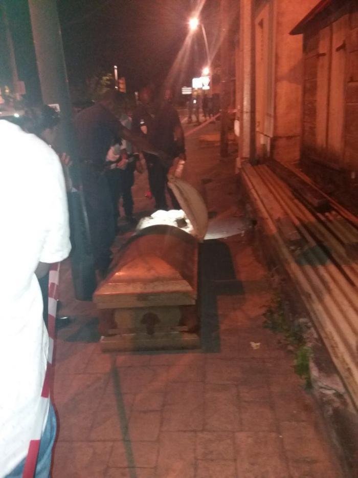 Un cercueil abandonné à Carénage