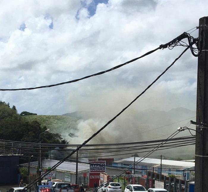 Un conteneur détruit par un incendie dans la zone de Champigny à Ducos