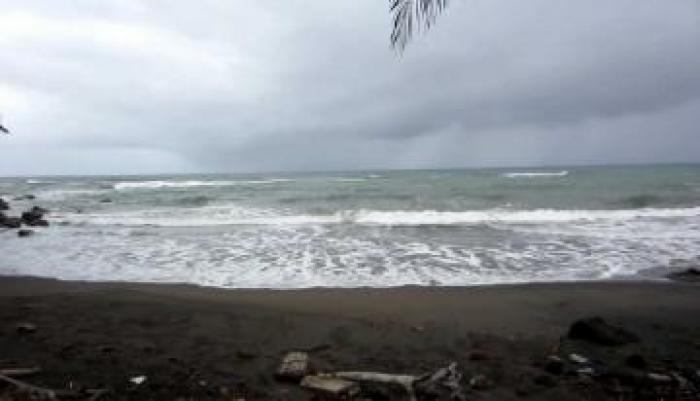 Un corps de femme sur la plage de Capesterre-Belle-Eau