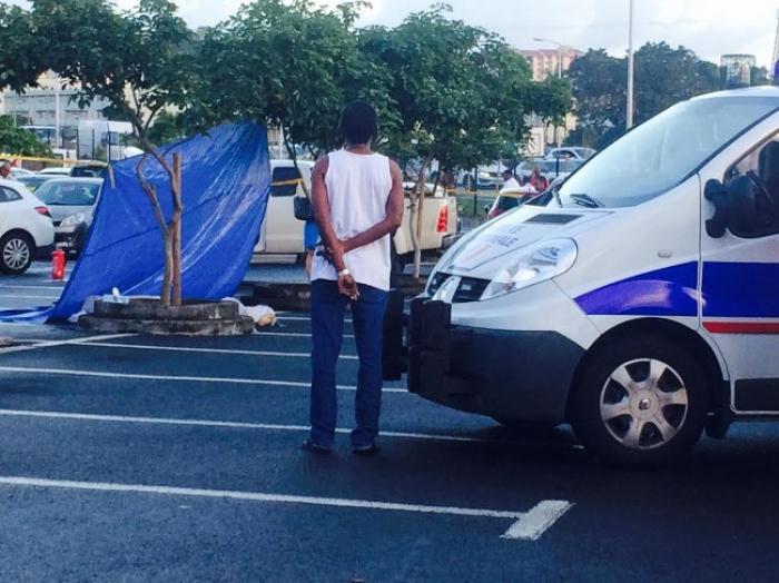Un homme ligoté retrouvé mort dans une voiture en feu à Fort-de-France