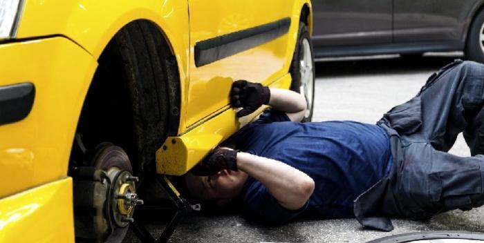 Un homme meurt écrasé par la voiture qu'il réparait