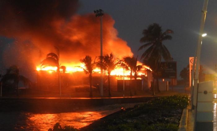 Un incendie en cours dans la boutique de la station ESSO au Moule (vidéo)